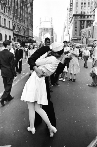 "Alfred Eisenstaedt, ""VJ Day in Times Square,"" 1945."